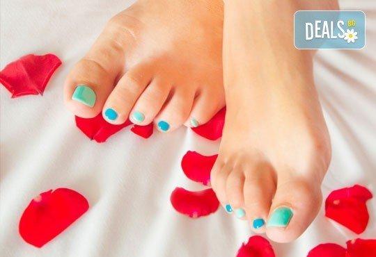 Класически педикюр с лак CND, O.P.I., или SNB, пилинг и релаксиращ масаж на ходилата, салон стилист Капанов, Стрелбище! - Снимка 1