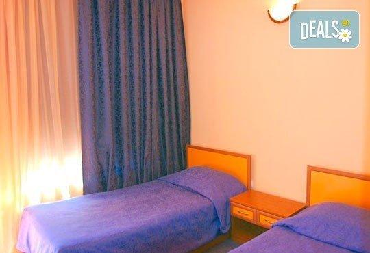 Морска ваканция в Обзор! 1 нощувка и закуска за двама или четирима, безплатно за дете до 3 г. в семеен хотел Джемелли - Снимка 3