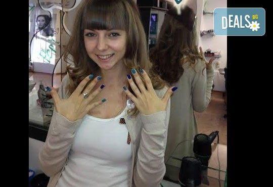 Освежете цвета на косата си! Боядисване с боя на клиента и оформяне със сешоар Салон Studio V, Пловдив - Снимка 7