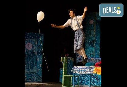 Гледайте с децата! Карлсон, който живее на покрива в Младежки театър на 17.04, неделя, от 11ч, билет за двама - Снимка 7
