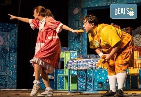 Гледайте с децата! Карлсон, който живее на покрива в Младежки театър на 17.04, неделя, от 11ч, билет за двама - Снимка 1