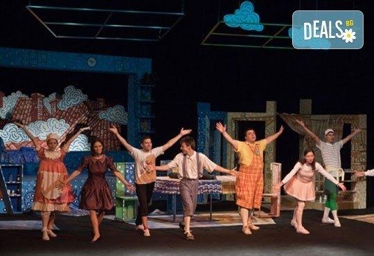 Гледайте с децата! Карлсон, който живее на покрива в Младежки театър на 17.04, неделя, от 11ч, билет за двама - Снимка 6