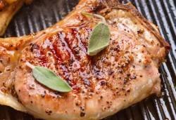 Скара за двама! Свинска пържола или пилешко филе с гарнитура картофи в Balito