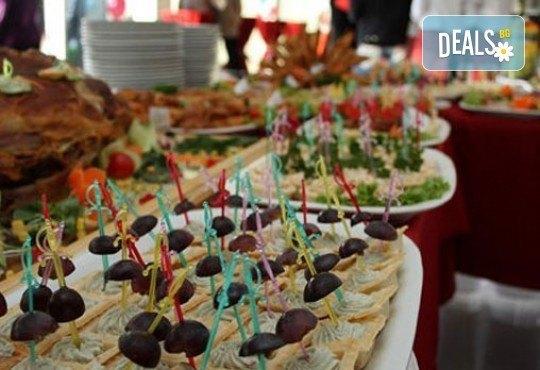 Вкусен микс от мини еклери, тарталети, коктейлни кюфтенца и чери домати с моцарела и сос песто от Густос Кетъринг! - Снимка 4