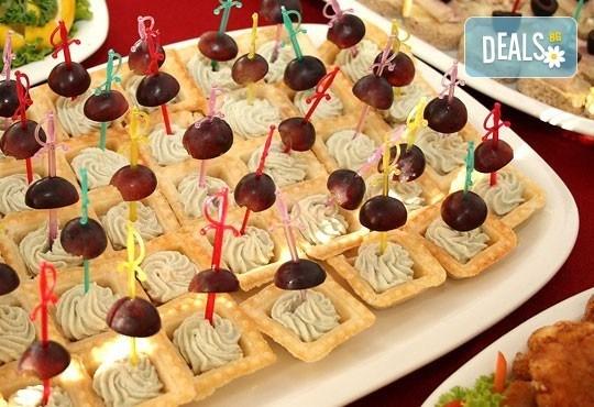 Вкусен микс от мини еклери, тарталети, коктейлни кюфтенца и чери домати с моцарела и сос песто от Густос Кетъринг! - Снимка 1