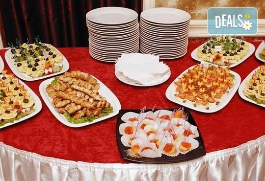 Вкусен микс от мини еклери, тарталети, коктейлни кюфтенца и чери домати с моцарела и сос песто от Густос Кетъринг! - Снимка 5