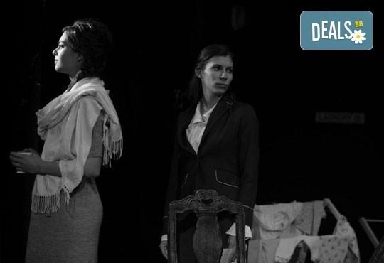 """Гледайте """"10 в Лондон, постановка на Малин Кръстев в Младежки театър, камерна сцена, на 13.04 от 19ч, един билет! - Снимка 5"""
