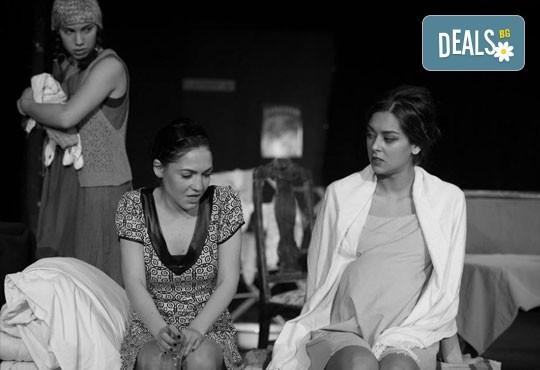 """Гледайте """"10 в Лондон, постановка на Малин Кръстев в Младежки театър, камерна сцена, на 13.04 от 19ч, един билет! - Снимка 1"""
