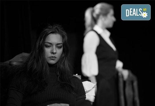 """Гледайте """"10 в Лондон, постановка на Малин Кръстев в Младежки театър, камерна сцена, на 13.04 от 19ч, един билет! - Снимка 3"""