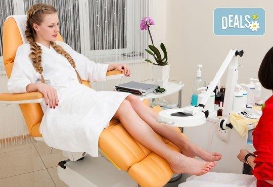Педикюр с гел лак в цветовете на SNB, масаж на ходилата и ДВЕ декорации в Студио Chocolate - Снимка 1