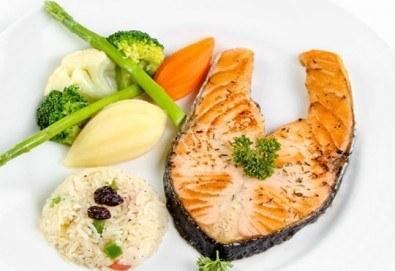 Вечеря за кулинарни ценители! Две порции сьомга котлет на скара с гарнитура задушени зеленчуци в ресторант Старият град!