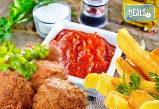 За обяд или вечеря! Хапнете с удоволствие порция скара или вкусен кашкавал на плоча с гарнитура в ресторант Старият град! - Снимка 1
