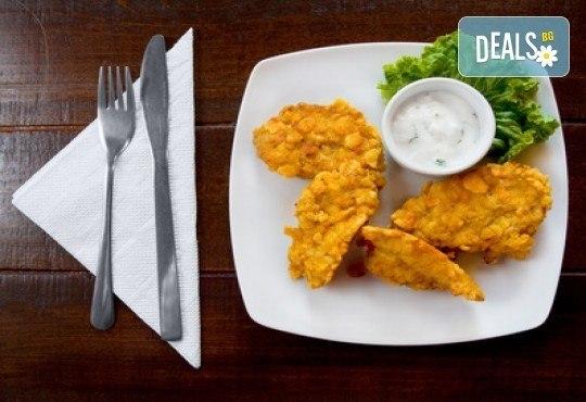 Апетитно! Хрупкави пилешки филенца със сусам и млечно-чеснов сос и чаша бяло или червено по избор в Бистро Папи - Снимка 1