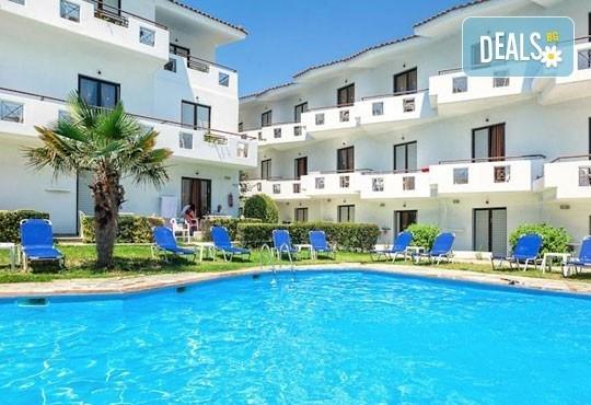 Почивка през май в Гърция! Почивка в Dolphin Beach Hotel 3*, Халкидики - 6 дни, 5 нощувки със закуски и вечери, транспорт, от Теско Груп! - Снимка 1