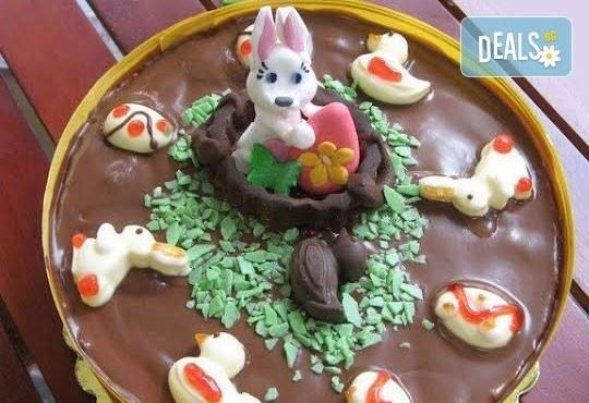 Сладък Великден! Козуначена торта с белгийски шоколад и великденска декорация от Сладкарница Орхидея - Снимка 1