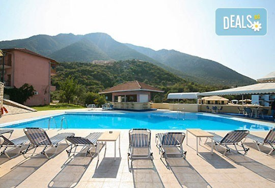Почивка в период по избор на о. Лефкада, Гърция! 5 нощувки със закуски в Sunrise Hotel 3* и транспорт! - Снимка 1