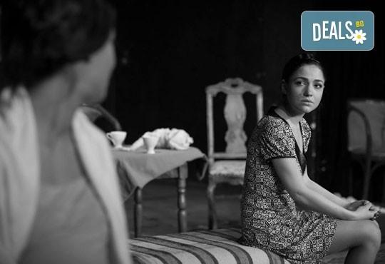 """Гледайте """"10 в Лондон, постановка на Малин Кръстев в Младежки театър, камерна сцена, на 21.04. от 19ч, един билет! - Снимка 1"""