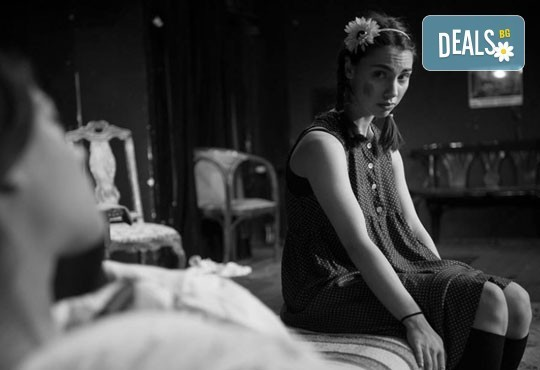 """Гледайте """"10 в Лондон, постановка на Малин Кръстев в Младежки театър, камерна сцена, на 21.04. от 19ч, един билет! - Снимка 6"""