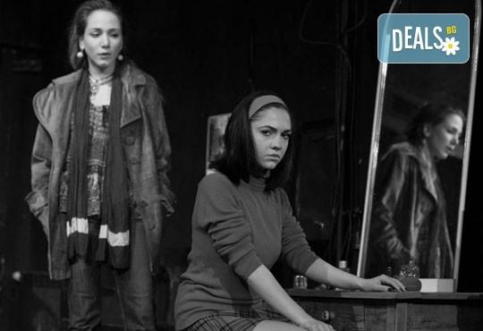 """Гледайте """"10 в Лондон, постановка на Малин Кръстев в Младежки театър, камерна сцена, на 21.04. от 19ч, един билет! - Снимка 9"""