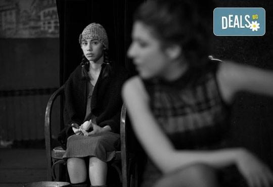 """Гледайте """"10 в Лондон, постановка на Малин Кръстев в Младежки театър, камерна сцена, на 21.04. от 19ч, един билет! - Снимка 10"""
