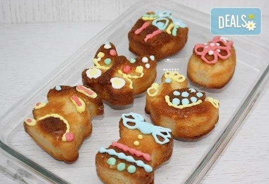 6 пухкави ванилови кексчета с декорации, поставени в красива кутийка, от сладкарница Сладост! - Снимка 2