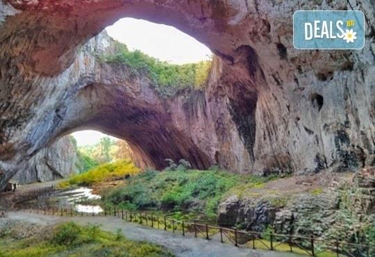 Еднодневна екскурзия до Ловеч, Деветашка пещера и Крушунските водопади, транспорт и екскурзовод от агенция Поход! - Снимка 3