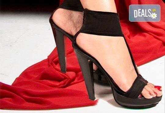 Перфектни крака! Дълготраен педикюр с гел лак OPI в Салон за красота Пламарски в центъра на София - Снимка 1