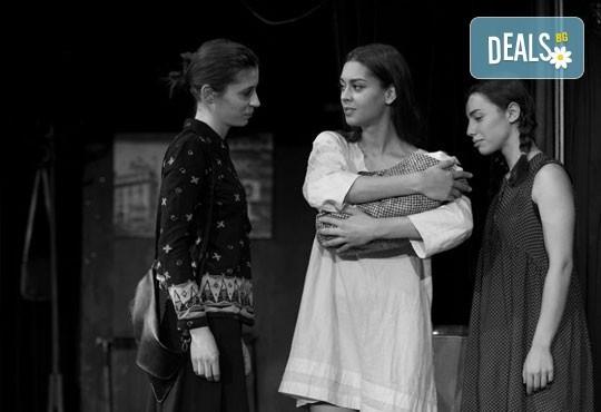 """Гледайте """"10 в Лондон, постановка на Малин Кръстев в Младежки театър, камерна сцена, на 11.05. от 19ч, един билет! - Снимка 7"""