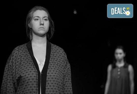 """Гледайте """"10 в Лондон, постановка на Малин Кръстев в Младежки театър, камерна сцена, на 11.05. от 19ч, един билет! - Снимка 11"""