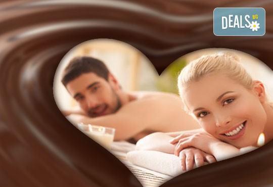 Ароматна терапия за влюбени! 60-минутен синхронен масаж за двама с шоколадово масло в Chocolate & Beauty - Снимка 1