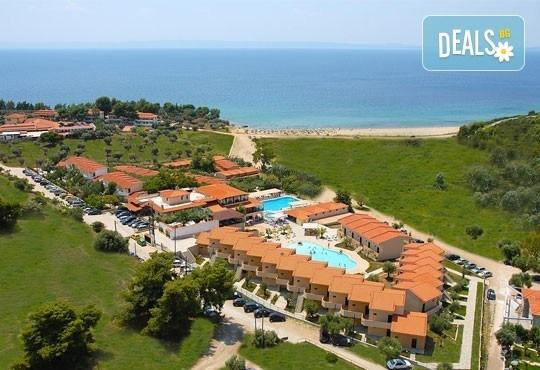 Почивайте в разгара на лятото в хотел Village Mare 4*, Халкидики, Гърция! 5/7 нощувки на база All inclusive, ползване на басейн! - Снимка 1