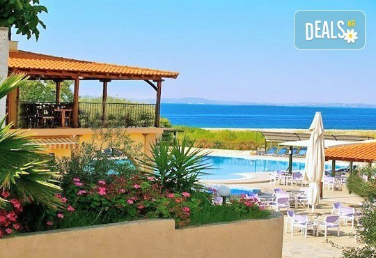 Почивайте в разгара на лятото в хотел Village Mare 4*, Халкидики, Гърция! 5/7 нощувки на база All inclusive, ползване на басейн! - Снимка 5