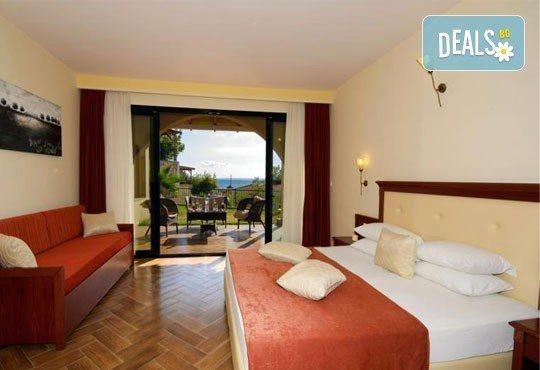 Почивайте в разгара на лятото в хотел Village Mare 4*, Халкидики, Гърция! 5/7 нощувки на база All inclusive, ползване на басейн! - Снимка 8