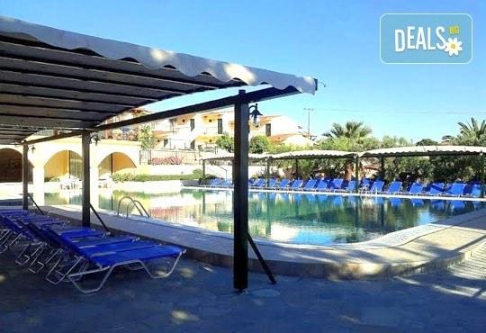 Почивайте в разгара на лятото в хотел Village Mare 4*, Халкидики, Гърция! 5/7 нощувки на база All inclusive, ползване на басейн! - Снимка 13