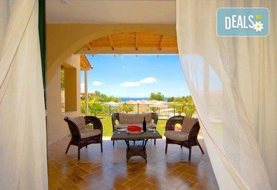 Почивайте в разгара на лятото в хотел Village Mare 4*, Халкидики, Гърция! 5/7 нощувки на база All inclusive, ползване на басейн! - Снимка 11