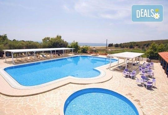 Почивайте в разгара на лятото в хотел Village Mare 4*, Халкидики, Гърция! 5/7 нощувки на база All inclusive, ползване на басейн! - Снимка 17