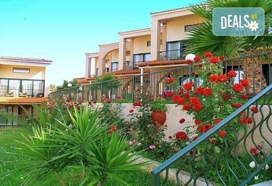 Почивайте в разгара на лятото в хотел Village Mare 4*, Халкидики, Гърция! 5/7 нощувки на база All inclusive, ползване на басейн! - Снимка 2