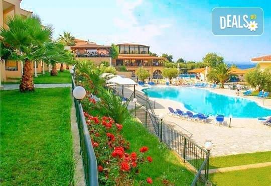 Почивайте в разгара на лятото в хотел Village Mare 4*, Халкидики, Гърция! 5/7 нощувки на база All inclusive, ползване на басейн! - Снимка 3