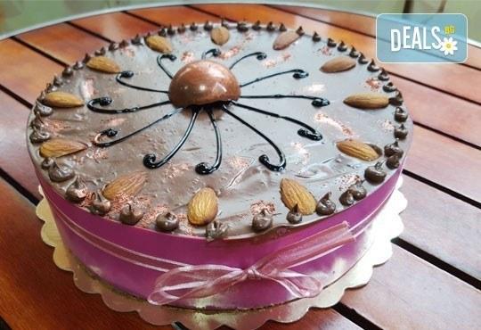 Перфектна за празници! Торта с белгийски млечен шоколад и баварски крем от Сладкарница Орхидея - Снимка 2