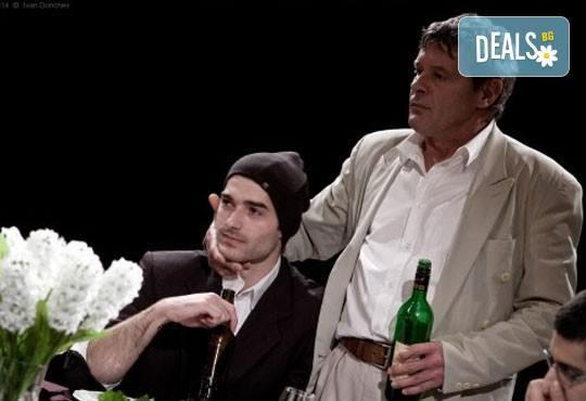 На 28 май от 19ч. гледайте 50-то юбилейно представление постановката Покана за вечеря в Театър ''София'', билет за един - Снимка 1