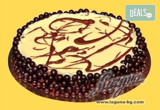 Шоколадова тортаТрилогия с три вида шоколад - бял, млечен и тъмен! Уникален вкус и прекрасно съчетание на белгийски шоколад от Виенски салон Лагуна! - Снимка 1