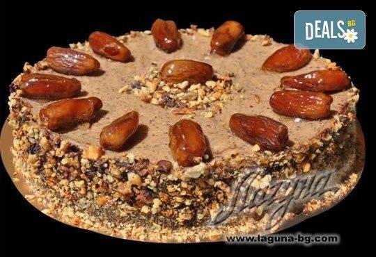 Нова оригинална торта - екзотично шоколадово изкушениесъс сладки фурми, тъмно ароматно какао и нежен орехов крем от Виенски салон Лагуна! Без добавена захар! - Снимка 1
