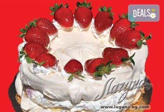 С нежен вкус на целувка! Хрупкава бяла торта с целувки или торта Орехова целувка от сладкарница Лагуна! - Снимка 1