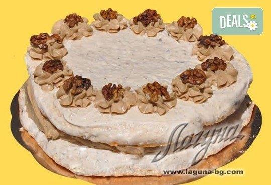С нежен вкус на целувка! Хрупкава бяла торта с целувки или торта Орехова целувка от сладкарница Лагуна! - Снимка 2