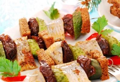 За добро представяне! 4 сета с 96 хапки - меню за гости, аранжирани за сервиране и безплатна доставка за София от кулинарна работилница Деличи - Снимка