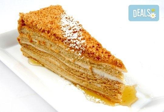Вкусно предложение за паста с пушена сьомга и каперси с чаша вино или италианска бисквитена торта в ресторант Клуб на актьора! - Снимка 2