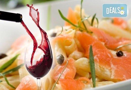 Вкусно предложение за паста с пушена сьомга и каперси с чаша вино или италианска бисквитена торта в ресторант Клуб на актьора! - Снимка 1