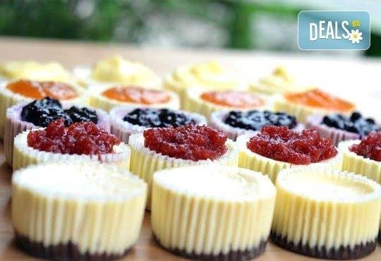 12 мини чийзкейка с боровинка, малина, ягода, кайсия, лимон, лайм, мед и орехи, шоколадов пълнеж от Сладкарница Cheesecakers! - Снимка 1