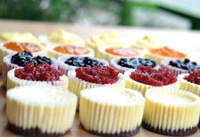 12 мини чийзкейка с боровинка, малина, ягода, кайсия, лимон, лайм, мед и орехи, шоколадов пълнеж от Сладкарница Cheesecakers!