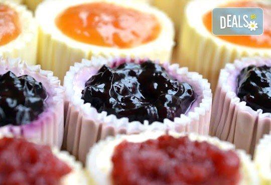 12 мини чийзкейка с боровинка, малина, ягода, кайсия, лимон, лайм, мед и орехи, шоколадов пълнеж от Сладкарница Cheesecakers! - Снимка 2